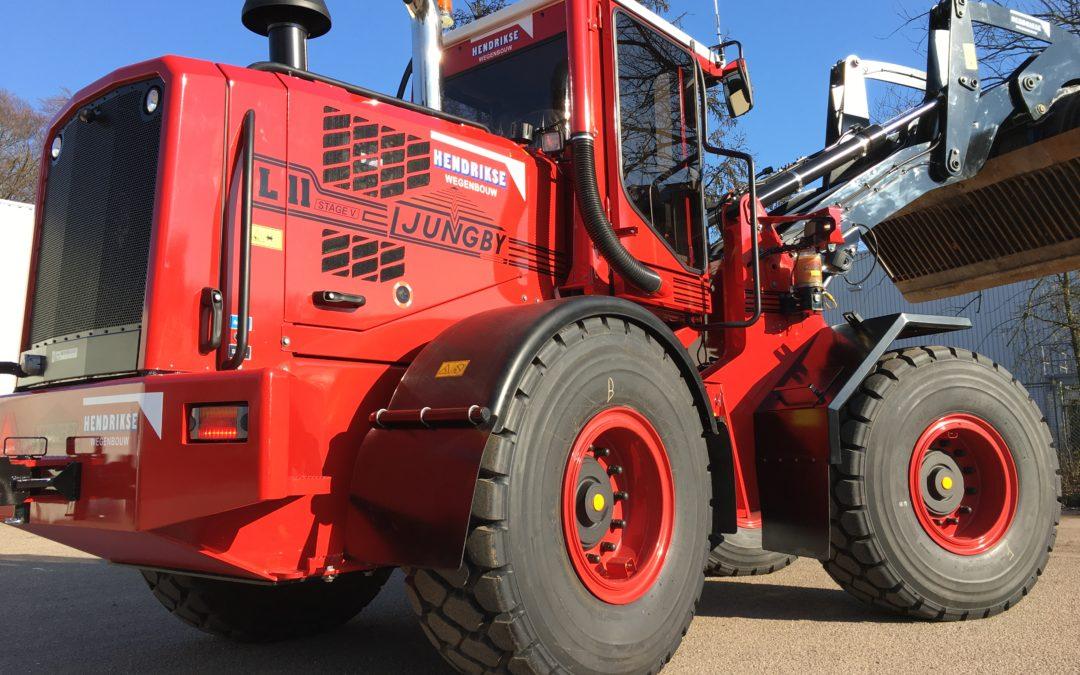 Voor Hendrikse Wegenbouw een nieuwe L11 in bedrijfskleuren